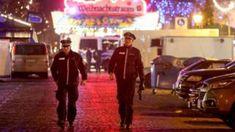 Navidad mercado de patrulla fuera de Potsdam imagen copyright                     imagen leyenda AFP/Getty Images                                                        Alemania está en alerta máxima para los ataques tras el atentado mortal el año pasado en un mercado de Na...