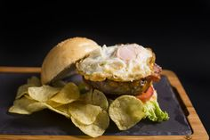 Extra | Burger | Hamburguesa | Hamburguesería | Lugar: c/ Ramón trias fargas 2, 08005 Barcelona | Estilos de Comida: Hamburguesas - Tapas | Horario: Mar - Jue: 9:00 - 17:00, Vie - Sáb: 9:00 - 3:00, Dom: 9:00 - 21:00
