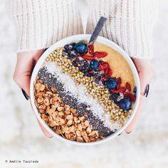 """Bourrés de vitamines, de protéines, et d'autres trucs en """"ines"""", les smoothies bowls sont parfaits pour commencer une journée du bon pied. Notre recette : mélangez au blender une banane coupée en rondelles, 30g de flocons d'avoine, du lait végétal (avoine, soja, amande), quelques fruits rouges et 3 glaçons. Pour le topping, faites au feeling : des graines de chia, du muesli, des fruits rouges, des rondelles de kiwi, de la noix de coco râpée, des pépites de chocolat, des amandes concassées..."""