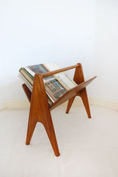 vintage danish modern teak book/magazine rack - like we'd ever have that few… Mid Century Modern Decor, Mid Century Modern Furniture, Mid Century Design, Mcm Furniture, Vintage Furniture, Furniture Design, Furniture Movers, Plywood Furniture, Chair Design
