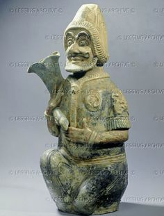 Bearded foreigner from Central Asia, kneeling Painted terracotta figurine. The Han Dynasty, Arte Tribal, I Ching, Terracota, Silk Road, Chinese Antiques, Ancient Artifacts, Central Asia, Barbarian