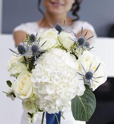 Bouquet de mariée blanc et bleu, hortensia, chardon, symphorine