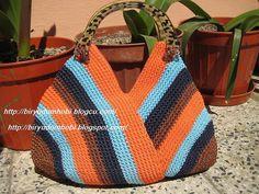 bolsa de crochê inspiração no pattern found, but 2 large hats? Bag Crochet, Crochet Handbags, Love Crochet, Crochet Crafts, Crochet Clothes, Crochet Purses, Crochet Projects, Crochet Designs, Crochet Patterns