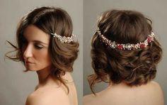 Si no te gustan las tiaras prueba con una headband invertida! se verá Increible. http://missxv.grupopalacio.com.mx/
