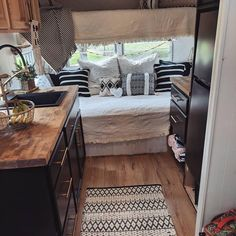 44 Modern Makeover Interior RV copy now - Camper, Wohntrailer, anders wohnen . Caravan Makeover, Caravan Renovation, Camper Makeover, Retro Campers, Camper Trailers, Happy Campers, Vintage Campers, Vintage Rv, Vintage Caravans