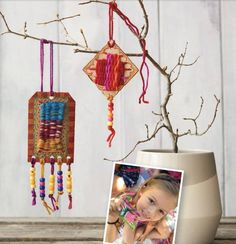 You're never too young to start weaving! The latest Handwoven features kid-friendly weaving projects like these necklaces. Loom Weaving, Hand Weaving, Small Projects Ideas, Weaving For Kids, Weaving Projects, Spring Sign, Colorful Socks, Diy Art, How To Introduce Yourself