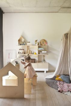 Light and bright playroom with wooden furniture #casegoodsforkids #kidsdesign #kidsroom Find more inspirations at www.circu.net
