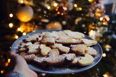 recette biscuits sablés de Noël, vanille et poudre d'amandes Cookies, Chocolate, Lifestyle, Desserts, Spritz Cookies, Almonds, Powdered Sugar, Face Powder, Sweet Recipes