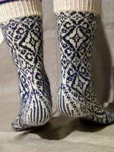 inspiration : lenealve's wallflower socks, pattern by stephanie van der linden, from twist collective (top down) Crochet Socks, Knitting Socks, Hand Knitting, Knitting Patterns, Knit Crochet, Lots Of Socks, Kids Socks, Wool Socks, Fair Isle Knitting