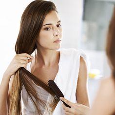 Cabelos finos exigem cuidados especiais em diversos momentos do dia. Os fios mais finos podem se tornar facilmente quebradiços, mas com alguns cuidados é possível manter a sua beleza e brilho. O cabelo fino tende a formar ainda mais nós, por isso, quando for desembaraça-lo comece a escovar primeiro pelas pontas. Na hora de prender os cabelos evite usar elástico, pois provoca uma tração e pode quebrar os fios. Quando for lavar o cabelo escolha shampoos, condicionadores e cremes de tratamento…