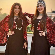 Pakistani Fashion Party Wear, Pakistani Couture, Pakistani Outfits, Abaya Fashion, Stylish Dress Designs, Stylish Dresses, Simple Dresses, Simple Pakistani Dresses, Pakistani Dress Design