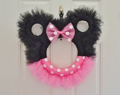 You'll to make this gorgeous Minnie Mouse Tulle Wreath! Check out the Minnie Mouse Tutus as well, they'll make a beautiful gift for that special little one. Mickey Mouse Wreath, Disney Wreath, Minnie Mouse Pink, Mickey Minnie Mouse, Tulle Wreath Tutorial, Tulle Crafts, Tulle Projects, Minnie Birthday, 2nd Birthday