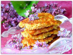 Placuszki owsiane   Czas przygotowania: 30   Słodzone owocami to zdrowa i smaczna przekąska :)  3/4 szklanki płatków owsianych  2 jabłka  1 banan  3 łyżki mąki  2 jajka  2 łyżeczki cynamonu   Sposób przygotowania   Płatki zalać szklanką wrzątku i odsatwić by napęczniały. Jabłka i banana obrać i zetrzeć na tarce o grubym oczku.  Jajka zmiksować, dodać pozostałe składniki, dokładnie wymieszać. Po łyżce masy nakładać na rozgrzaną patelnię i smażyć na złoty kolor.