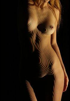 Dani Olivier - lineogramme - Les portraits de Dani Olivier sont au croisement de la peinture et de la photographie, ayant pour objectif de dévoiler la femme dans sa double dimension du corps et de l'âme.