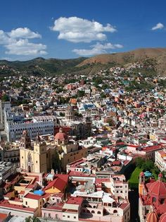 El Pípila est le surnom du mineur indépendantiste Juan José Martinez. Un monument lui est dédié sur une colline de la ville. Cette colline offre une belle vue panoramique sur la ville et sa mosaïque de maisons colorées et imbriquées entre les ruelles pavées qui descendent des coteaux. #photographie #voyage #mexique
