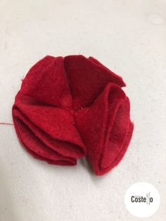 Step-by-step tutorial to make Super Easy Felt Poppies. Can be used for on a wreath or as a Poppy Brooch. Felt Flowers Patterns, Fabric Flowers, Diy Flowers, Felt Diy, Felt Crafts, Crochet Poppy Pattern, Burlap Flower Tutorial, Remembrance Day Art, Poppy Images