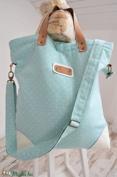 Egyedi, stílusos női táska vászon és pamutvászonból. Béléssel és belsőzsebbel van ellátva. Vállon és kézben is hordható. Mágneses patent zárral van ellátva. Méretek:42cm 45cm Bőr kiegészítőkkel !
