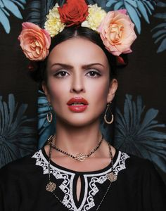 Frida Kahlo look alike Mexican Fashion, Mexican Style, Frida Kahlo Portraits, Hippy Chic, Mode Boho, Mexican Party, Floral Headpiece, Floral Crown, Flower Fashion