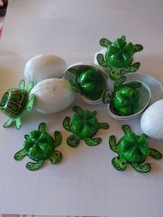 Kleine schildpadjes komen uit hun ei tevoorschijnen proberen zo vlug mogelijk de zee te vinden.  Een hachelijke onderneming want heel wat andere dieren lusten kleine schildpadjes....