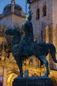 Estátua de Vimara Peres www.webook.pt #webookporto #porto #arquitectura