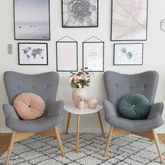 W salonie urzeka kącik z dwoma krzesłami, które ustawiono dość symetrycznie po obu stronach drobnego stoliczka...