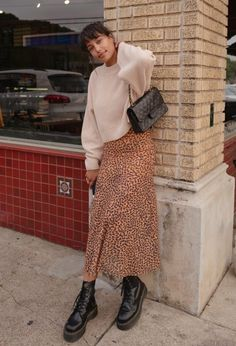 Dr Martens Boats Outfit Winter Doc Martins Ideas For 2019 Long Skirt Fashion, Long Skirt Outfits, Winter Skirt Outfit, Long Skirt Style, Long Skirt Hijab, Long Skirt Looks, Long Skirts, Dress Outfits, Winter Fashion Outfits