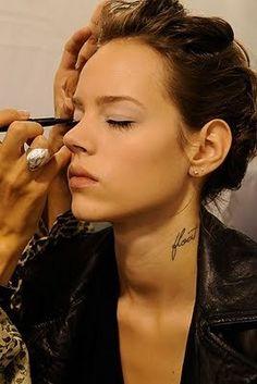 Естественный макияж, идеальный тон, легкий макияж глаз, отсутствие макияжа губ.