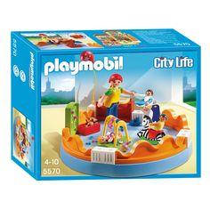PLAYMOBIL - Speelgroep 5570 behoort tot de PLAYMOBIL City Life-speelwereld.In de speelgroep is altijd wat aan de hand en de begeleidster heeft dan ook haar handen vol. Help haar en zij zal jouw hulp graag in ontvangst nemen. In de groep moet er op 3 baby`s gelet worden. De kamer is uitgerust met een commode, een hobbelpaard en een kinderstoel. Met behulp van de stoel wordt de kleine rakker gevoerd. - Playmobil 5570 Speelgroep