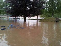 Ein Spielplatz ist in Hallerndorf, OT Schlammersdorf (Lkr. FO) überflutet.