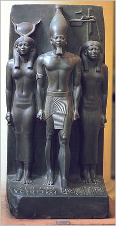Ancient Egypt ©: Menkaure flanked by the goddess Hathor and the personification of a nome (a geographic designations). At the Egyptian Museum in Cairo. Egyptian Temple, Ancient Egyptian Art, Ancient History, Art History, Ancient Egypt Pharaohs, Ancient Civilizations, Alexandre Le Grand, Amenhotep Iii, Art Antique