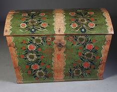 Rosemalt kiste med grønn bunnfarge, eierinitialer og dat. 1783. Rosemalt av Tore Kravik - Numedal. Dekorert innv. i lokket med Christian 7 monogram. L: 97 cm.