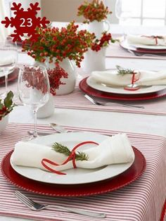 20 Wonderful Christmas Dinner Table Settings For Merry Holidays - Christmas Table Clothes - Christmas Decorations Dinner Table, Christmas Dining Table, Christmas Table Settings, Christmas Tablescapes, Christmas Centerpieces, Holiday Tables, Decoration Table, Christmas Candles, Deco Table Noel