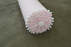 Rolinho para berço com capa removível confeccionada em tecido 100% algodão,  Confeccionado em espuma D23, manta acrílica e TNT.  Podendo ser confeccionado em outras cores e temas.  Tamanho aproximado: 60cm x 13cm  Unitário.