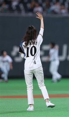 始球式を終え、スタンドに手を振る天海祐希=札幌ドーム(撮影・高橋茂夫)