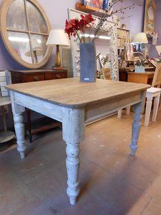 Mesa de madera cuadrada decapada en estilo provenzal combinando patas en azul y el sobre tono madera claro. www.candini.com #Candini #Muebles #Restauración #Mesa #provenzal #rústico #decapado.