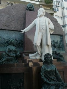 Cementerio de la Recoleta: Adolfo Alsina  Adolfo Alsina (1829-1877) - Cursó estudios en Buenos Aires y en Montevideo donde se exilió durante el gobierno de Rosas. Vuelto a Buenos Aires, se graduó de abogado; intervino en las batallas de Cepeda y de Pavón, fue diputado destacándose por sus fogosos discursos. En 1866 fue gobernador de la provincia de Buenos Aires y Vicepresidente durante la gestión de Domingo F. Sarmiento. Intervino en la Campaña del Desierto y propuso la realización de una…
