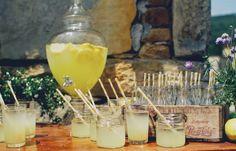 el sofa amarillo dispensador de limonada (1)