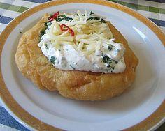 Ungarische Langos mit Knoblauchcreme und Käse