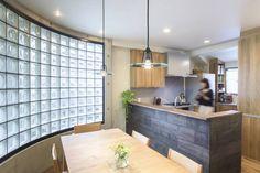 木目が美しい、オークの無垢のキッチン: 株式会社コリーナが手掛けたtranslation missing: jp.style.キッチン.eclecticキッチンです。