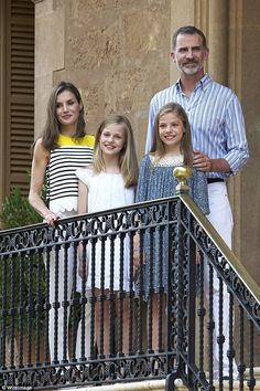 Gert's Royals (@Gertsroyals) on Twitter: Spanish Royals in Palma de Majorca, July 31, 2017-Queen Letizia and King Felipe with Infanta Leonor, Princess of Austurias, and Infanta Sofía