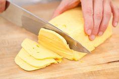Приготовить домашний твердый сыр не так уж и сложно. Такой сыр можно смело давать малышу, ведь в нем не будет никаких ароматических добавок и красителей.  Ингредиенты:  - 500 грамм жирного творога …