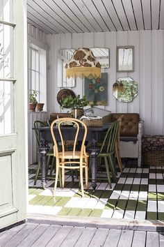 Vintage boho dining room with bistro chairs and vintage lamp Living Room Designs, Living Spaces, Forest Cottage, Bistro Chairs, Nordic Home, Cabin Interiors, Shabby, Cabins And Cottages, Vintage Lamps