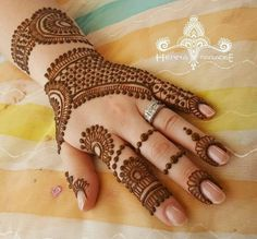 Here are stylish and latest Simple Back Hand Mehndi Designs, Choose the best. Back Hand Mehndi Designs, Mehndi Designs For Girls, Modern Mehndi Designs, Mehndi Design Pictures, Wedding Mehndi Designs, Henna Designs Easy, Beautiful Henna Designs, Mehandi Designs, Mehndi Images