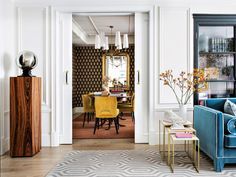 Lasting Decor Trends For The New Decade Classic White Kitchen, Living Spaces, Living Room, Big Houses, Architectural Elements, Kitchen Colors, Interior And Exterior, Accent Chairs, Sweet Home