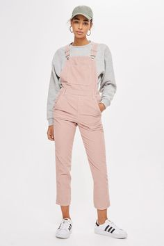 Tap into the trend with our slim leg dungarees in pink cord with traditional dungarees styling. We're styling them over a simple sweatshirt for a chic look that works for day or night. 1990s Fashion Trends, Fashion 90s, Sweatshirt Outfit, 90s Grunge, Topshop, Outfits For Teens, Cute Outfits, Diy Vetement, Style Casual