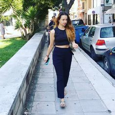 Street style - high waist pants & crop top !!! #streetphotography #goforacoffeedate #firstletmetakeaselfie #walkinthestreet