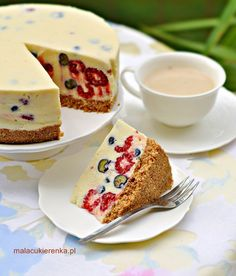 Cheesecake with white chocolate, blueberries and raspberries Baking Recipes, Cake Recipes, Dessert Recipes, Delicious Desserts, Yummy Food, Cheesecake, Summer Cakes, Cookie Desserts, How Sweet Eats