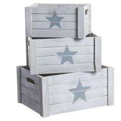 Cajas de madera de color blanco con estrella gris. Decoración estilo nórdico