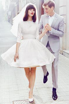 SILUETA BAILARINA  Vestido, de Delphine Manivet; gargantilla en oro blanco y diamantes y anillo, ambos de Bvlgari. Zapatos, de Chie Mihara.  Él, traje y camisa, de Viktor.