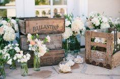 vackra lådor och blommor
